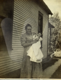 Jennie Cline (1882-1929) holding Hallie Frances Cossell (1917-1918)